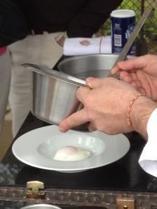Préparation du petit déjeuner de l'atelier Cheval Blanc : œuf mollet sauce hollandaise